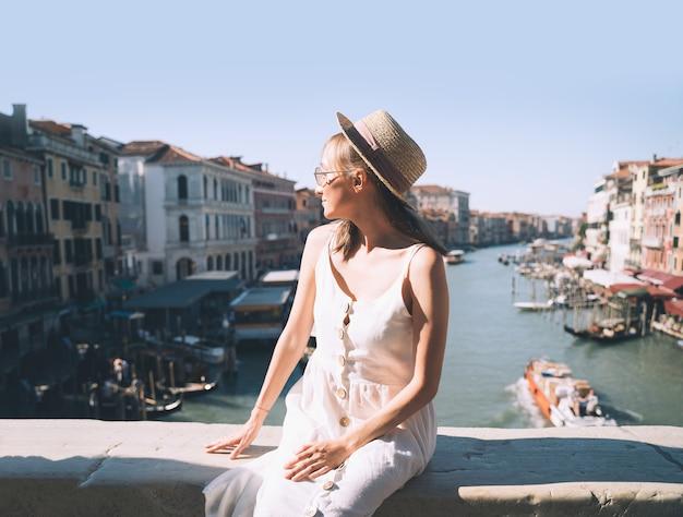 여자는 유럽에서 이탈리아 휴가를 여행 베네치아에서 거리를 걷는 베니스 관광에서 즐깁니다.