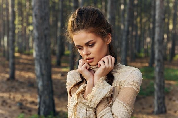 Женщина путешествия модель природа хвойные деревья платье романтический парк.