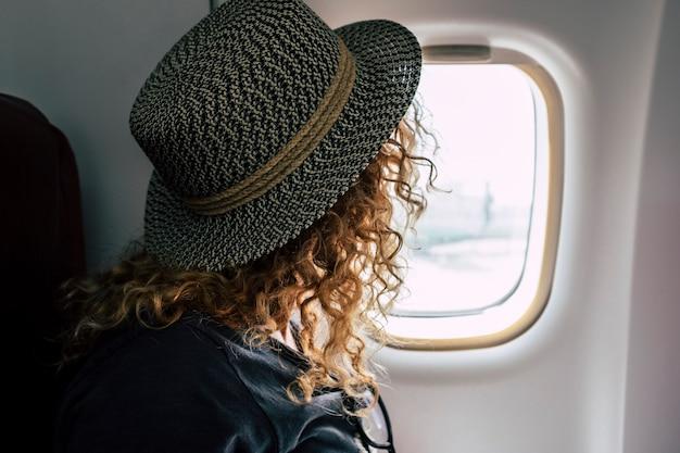 飛行機で旅行する女性