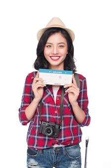 女性旅行。白い背景の上の航空券を持つ若い美しいアジアの女性旅行者