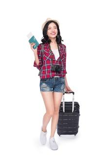 女性旅行。白い背景の上のスーツケースとパスポートを持つ若い美しいアジアの女性旅行者