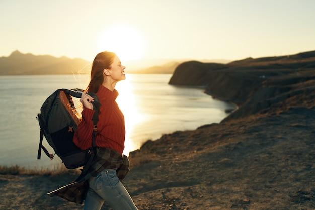 山の風景のライフスタイルの休暇で女性旅行者のバックパッカー
