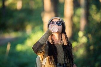 女性旅行者が森で一人で行く
