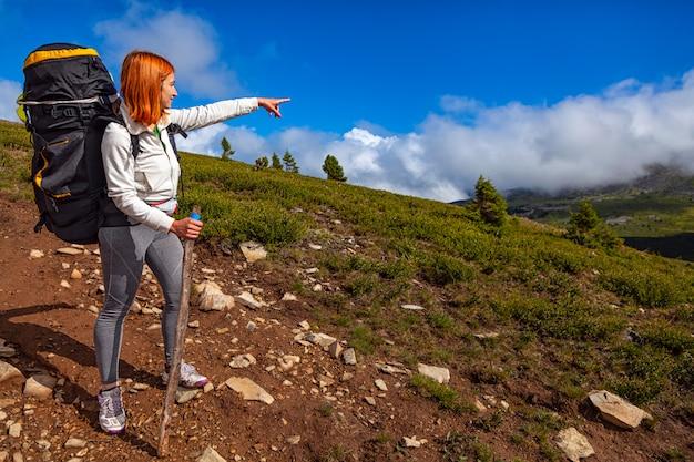 女性旅行者のハイキング
