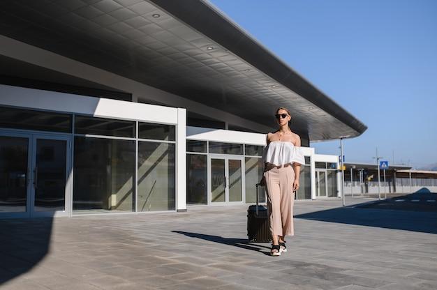 기차역 활성 및 여행 라이프 스타일 개념에서 짐을 함께 산책하는 여성 여행자 관광