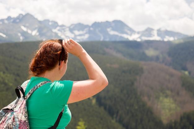 놀라운 산과 숲, 방황 여행 개념, 텍스트를위한 공간, 대기 서사시 순간을보고 배낭을 가진 여성 여행자