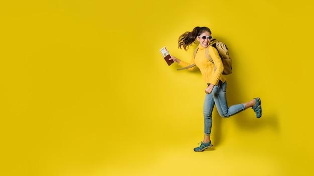 Путешественник женщина с чемоданом, держа паспорт с билетом