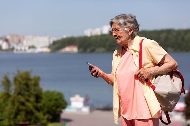 여름에 혼자 여행하는 여성 무료 사진