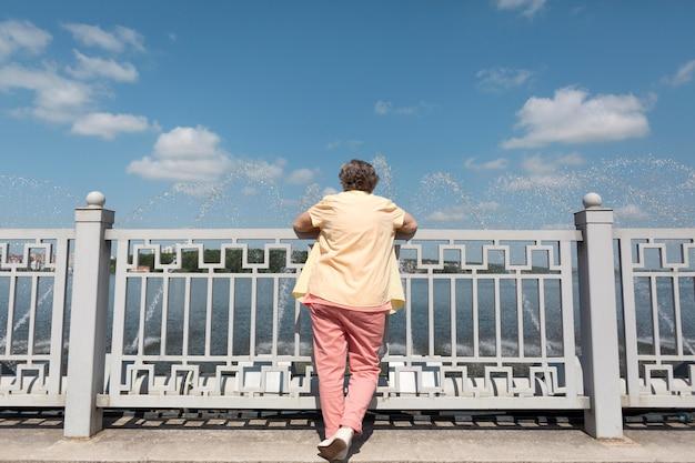 Donna che viaggia da sola in estate