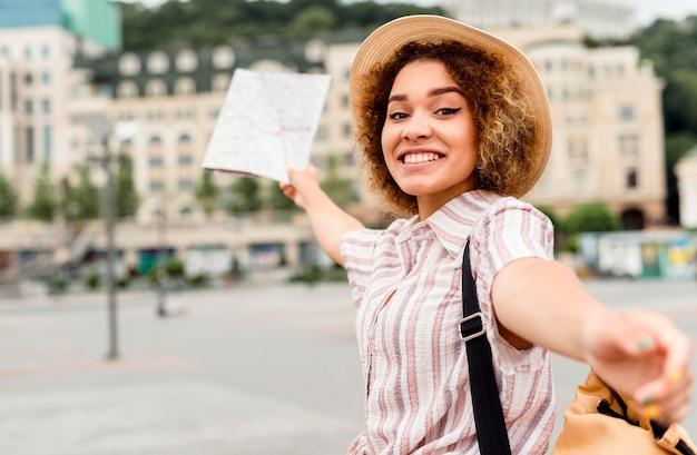 Женщина путешествует одна с картой
