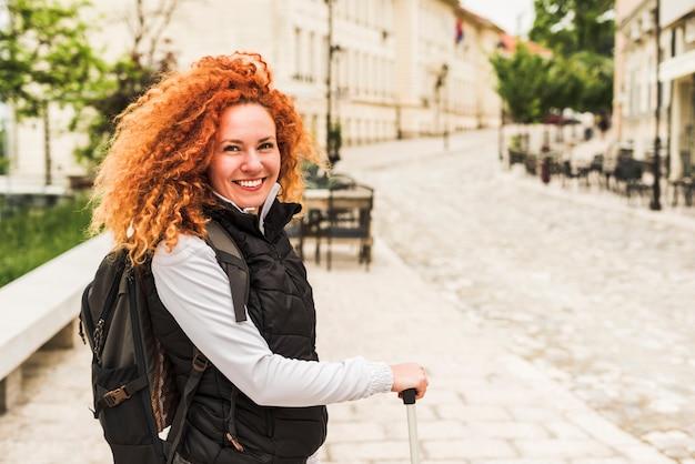 Женщина путешествует по миру