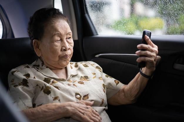 Женщина, путешествующая на машине