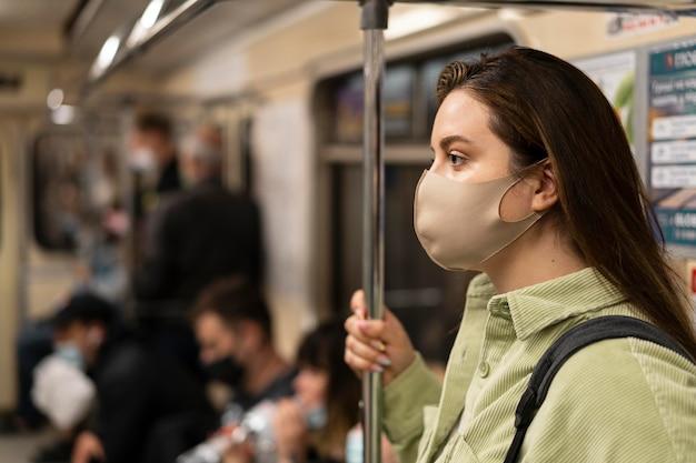 地下鉄で旅行中の女性のクローズアップ