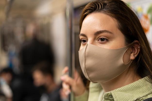 地下鉄で旅行する女性