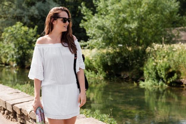 白いかわいいドレスを着て旅行する女性