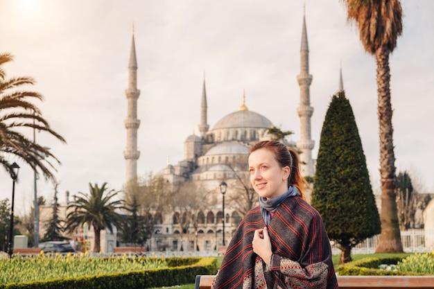 アヤソフィアモスク、トルコの近くのイスタンブールを旅行する女性