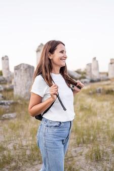 Donna che viaggia in un nuovo posto con uno zaino