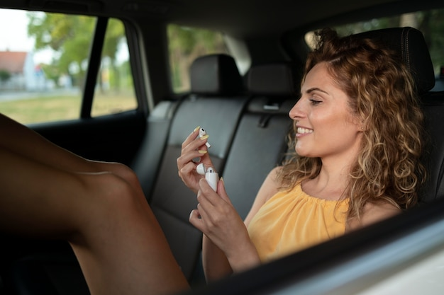 그녀의 차와 함께 여행하는 여자