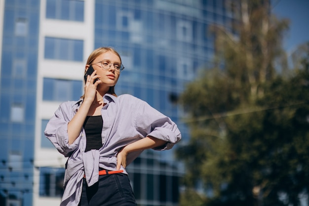 Женщина, путешествующая и использующая телефон