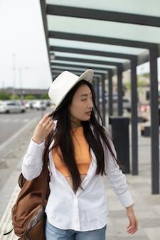 Donna che viaggia in un luogo locale