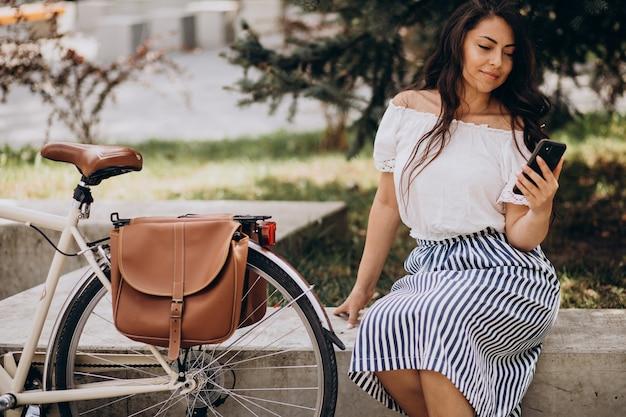 Женщина, путешествующая на велосипеде в городе