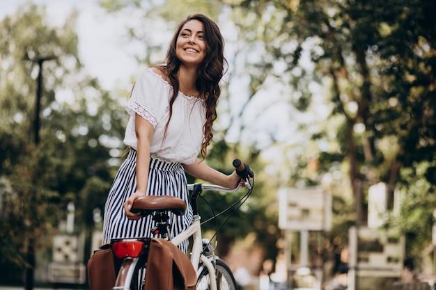 町で自転車で旅行する女性