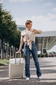 Женщина, путешествующая с багажом