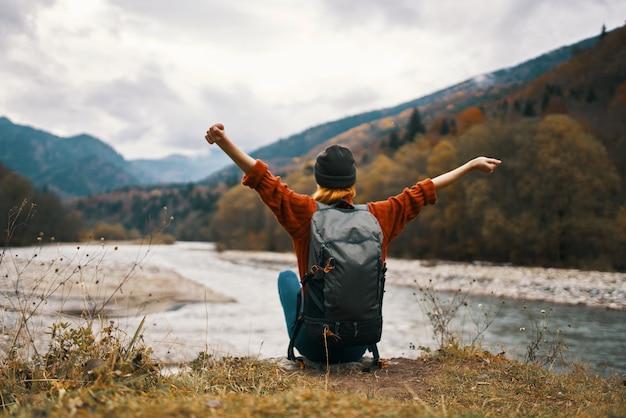 Женщина путешествует на природе приключения речной отдых