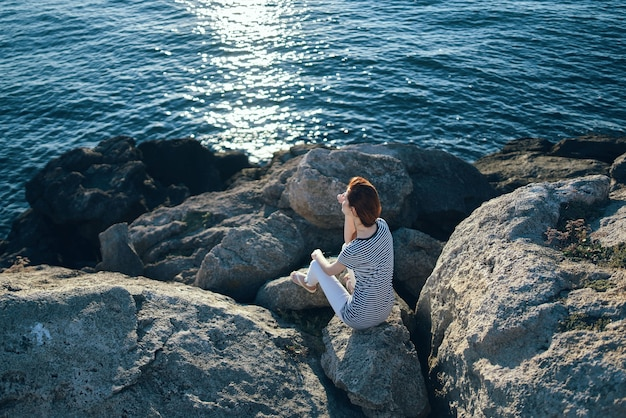 女性は山の夏の太陽の風景のライフスタイルで自然の中で旅行します
