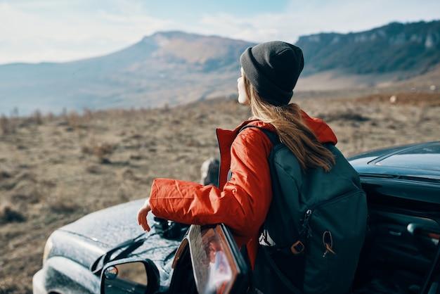 여자는 배낭과 함께 자연 여행