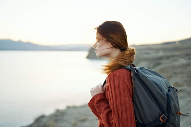 여자는 바다 측면보기 근처 자연 속에서 산에서 여행