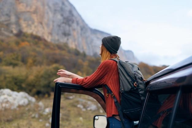 여자는 자동차 여행 여행 근처 산에서 여행