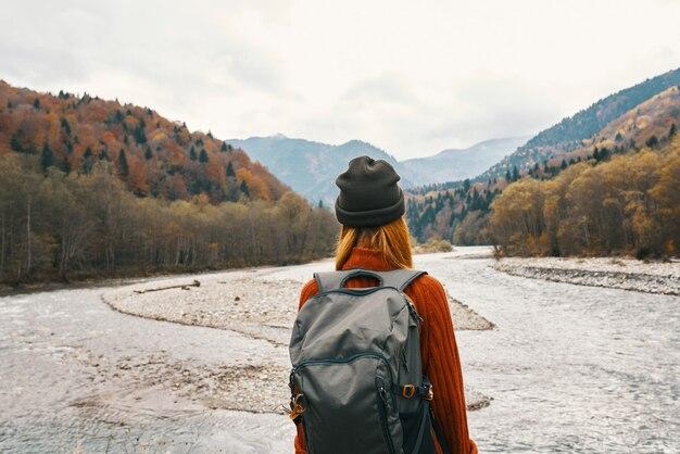 女性は山を屋外で旅行します新鮮な空気ビーチ川風景山