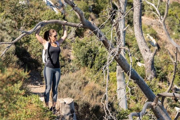 カルペのペニョンデイファク自然公園の小道をトレッキングし、スポーツウェアを着た女性