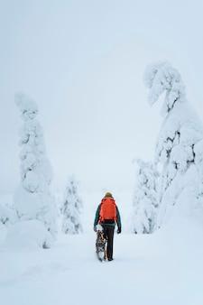 フィンランド、ラップランドの雪の中をトレッキングする女性