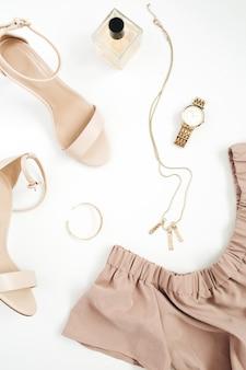 Женщина модной модной одежды и аксессуаров коллаж на белом