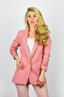 Модная модная одежда женщины. обновите свой гардероб. повседневная офисная одежда. симпатичная женщина портрета моды. концепция уличного стиля. осенняя модная тенденция. красивая женская одежда.