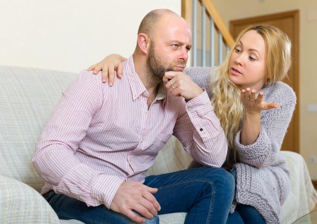 Женщина пытается примириться с мужчиной