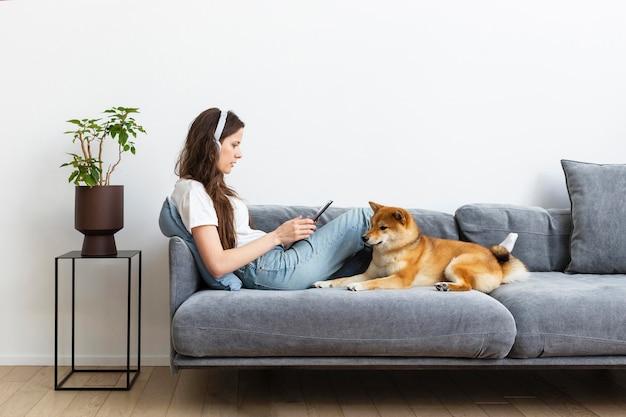 Donna che cerca di concentrarsi accanto al suo cane