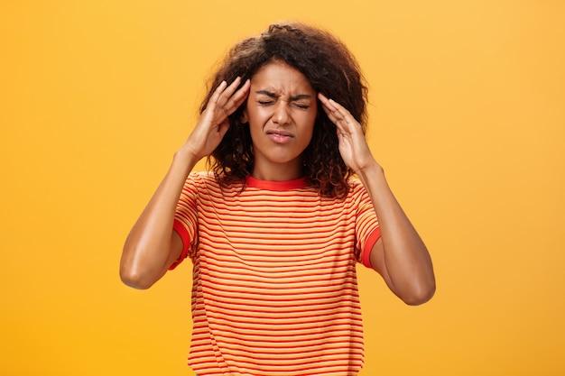 Женщина пытается сосредоточиться, касаясь ее висков, закрывая глаза.