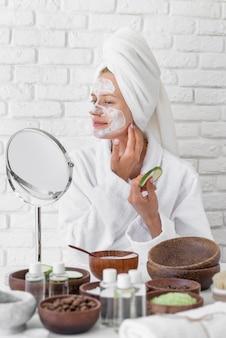 自家製の顔の治療をしようとしている女性