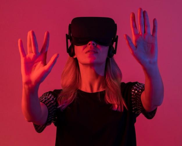 Женщина пробует новое устройство розовый свет