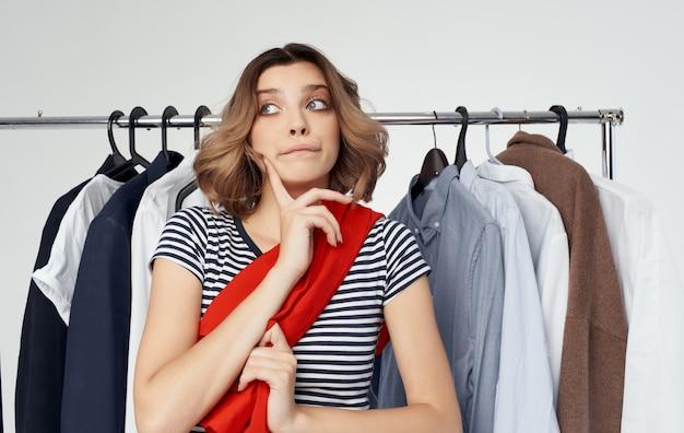 ファッションシャツのショッピングストアで服を試着している女性。