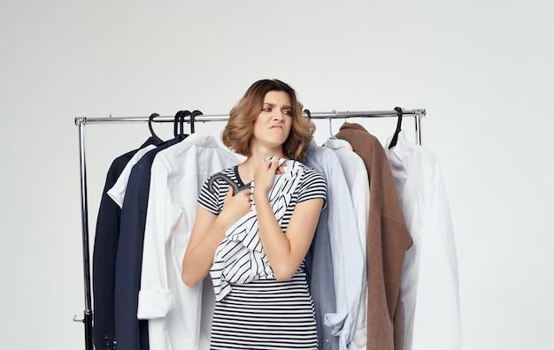 ショップショッピングスタイルのシャツでおしゃれな服を着ようとしている女性。