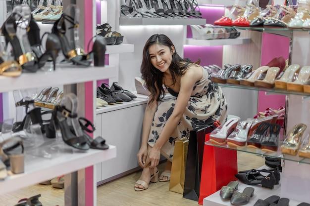 靴屋で靴を履いている女性