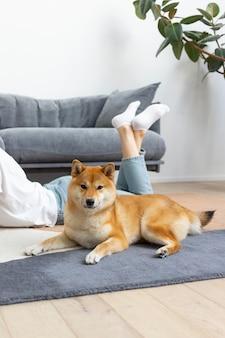 그녀의 개 옆에 집중하려고하는 여자