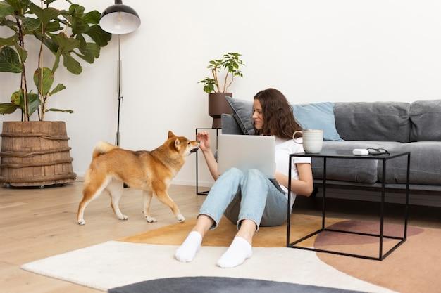 犬と一緒に仕事をしようとする女性