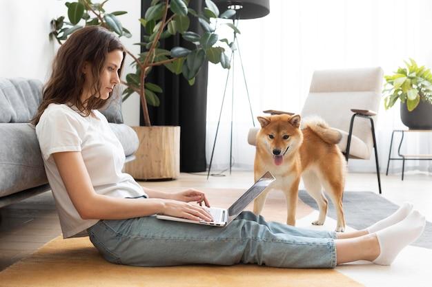 Женщина пытается работать со своей собакой