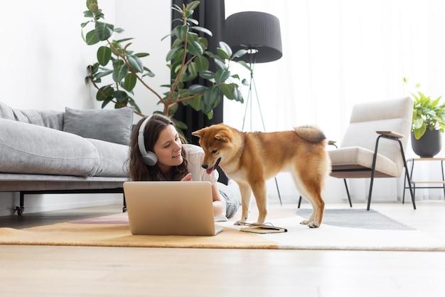 Donna che cerca di lavorare accanto al suo cane