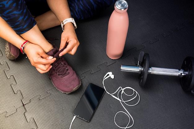 운동을 할 신발을 묶는 여자